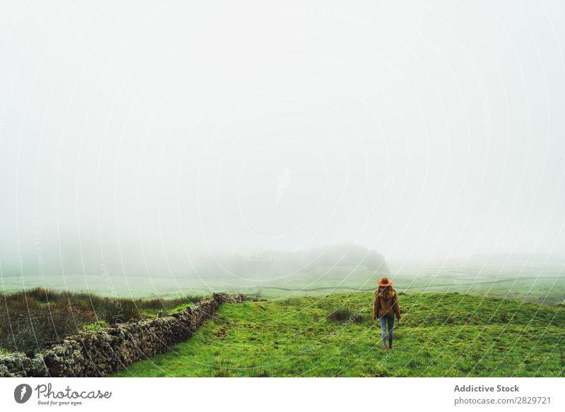 Zufriedene Frau auf grün nebligen Feldern Nebel Grasland kalt Freiheit Ferien & Urlaub & Reisen Wildnis Genuss Wetter Lebensfreude friedlich ländlich ruhig