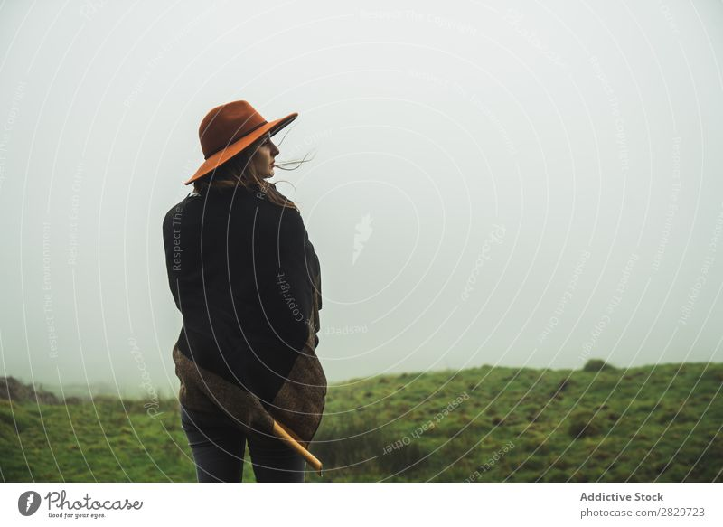 Frau auf grünen, nebligen Feldern Nebel Grasland kalt Freiheit Ferien & Urlaub & Reisen Wildnis Genuss Wetter Lebensfreude friedlich ländlich ruhig Jacke Natur