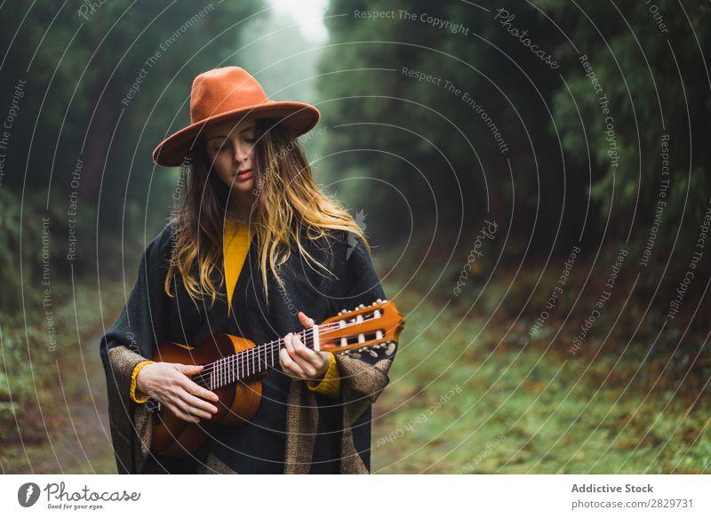 Charmante Frau mit Ukulele in der Natur Reisender Wald Abenteuer Musik Landschaft träumen Instrument Lifestyle Lied Aufregung Musiker romantisch Erholung