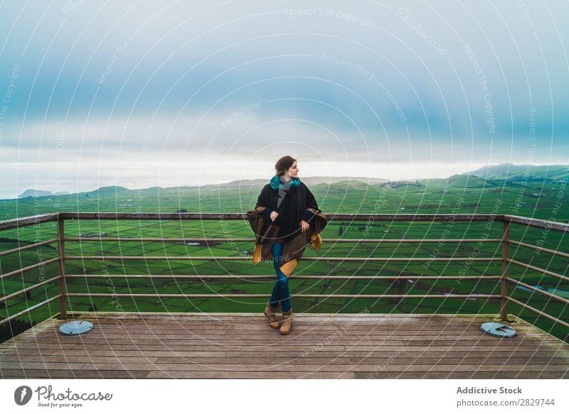 Frau auf der Terrasse mit herrlichem Panoramablick Panorama (Bildformat) Feld Stil Natur kalt Umwelt