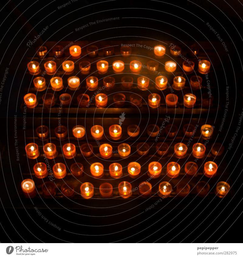 .:.:..:::.::. ruhig dunkel Tod Traurigkeit Religion & Glaube Kirche Hoffnung Trauer Sorge Dom trösten Kerzenschein Kerzenstimmung Kerzenflamme