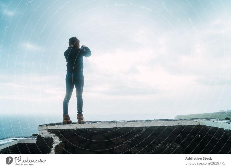 Frau macht Aufnahmen von der Meereslandschaft Natur Fotograf Fotokamera Ferien & Urlaub & Reisen Fotografie Sommer