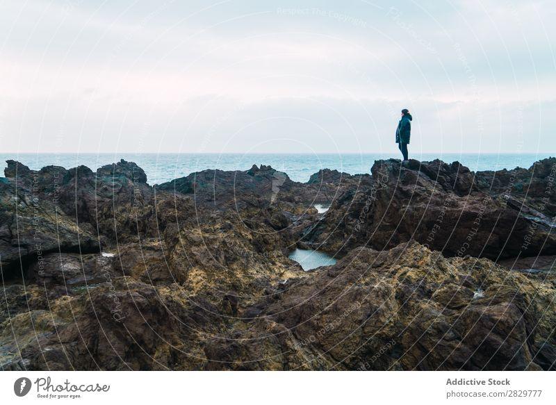 Frau steht auf Stein Natur Seeküste Felsen Küste Strand Ferien & Urlaub & Reisen Meer Sommer Tourist Tourismus Landschaft Jugendliche schön Lifestyle Aussicht