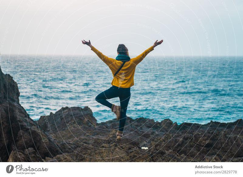 Frau mit getrennten Händen am Meer Natur Seeküste Hände auseinander Freiheit Erholung stehen Felsen Küste Strand Ferien & Urlaub & Reisen Fotografie Sommer