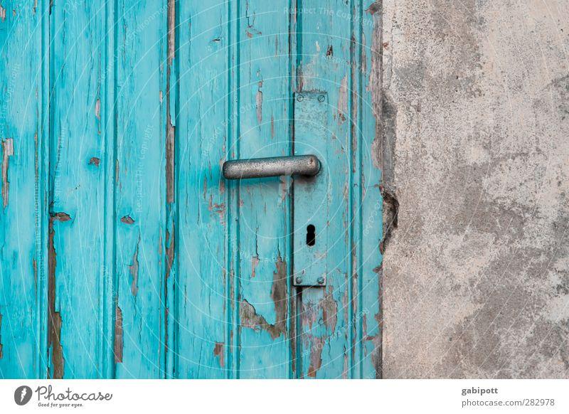 paint it black Dorf Kleinstadt Haus Gebäude Fassade Tür Griff Holz Schloss alt historisch blau Neugier Interesse Senior Beginn einzigartig Farbe