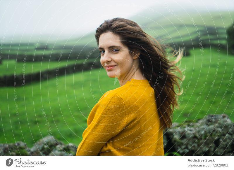 Lächelnde Frau auf der grünen Wiese Feld Aussicht Tourismus Ferien & Urlaub & Reisen stehen Natur Zaun Landschaft Stein Nebel Gras ländlich Wolken Jahreszeiten