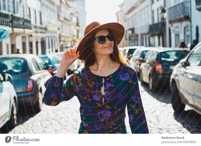Fröhliche, stilvolle Frau mit Hut hübsch Stil Straße laufen Sonnenbrille Tür Außenaufnahme Mode schön Jugendliche Porträt attraktiv Großstadt Lifestyle Model