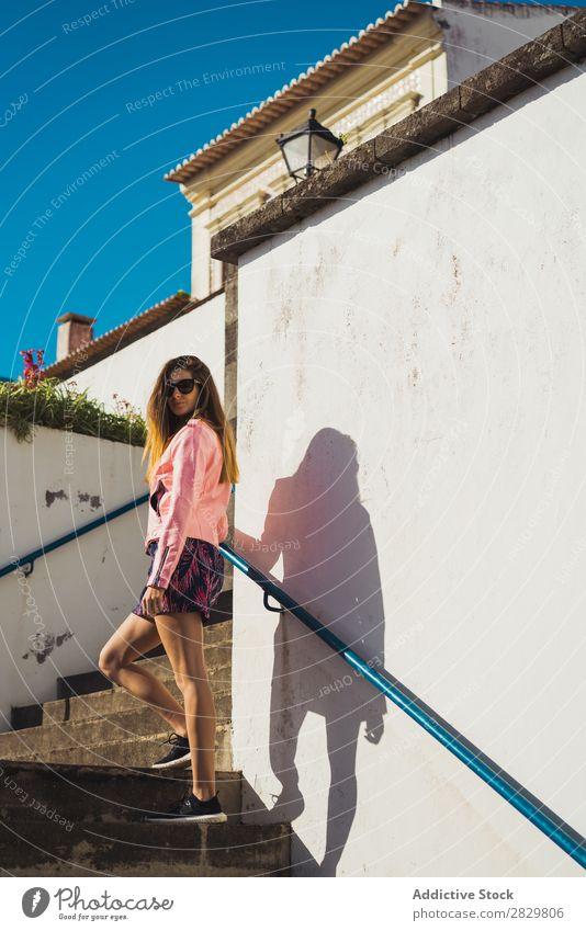 Junge hübsche Frau auf der Treppe Stil Straße Sonnenbrille Freitreppe Sonnenstrahlen Außenaufnahme Mode schön Jugendliche Porträt attraktiv Großstadt Lifestyle