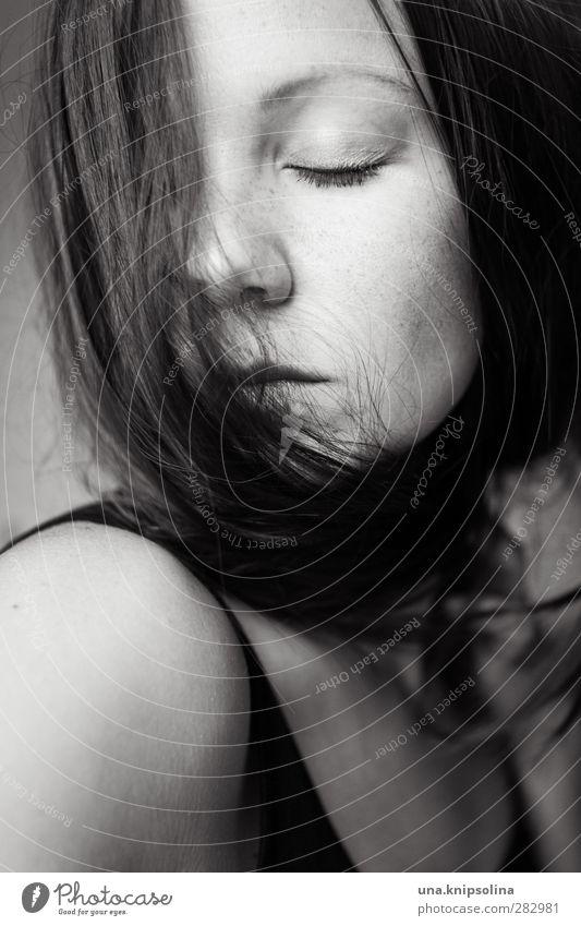 nichts bleibt als staub feminin Frau Erwachsene 18-30 Jahre Jugendliche brünett langhaarig Denken träumen Traurigkeit Gefühle Stimmung Müdigkeit Erschöpfung