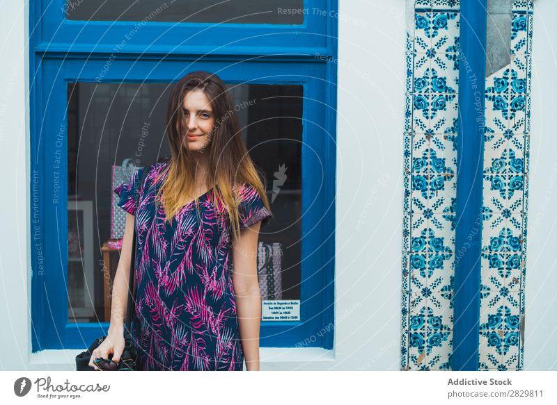 Lächelnde Frau, die auf der Straße posiert. hübsch Stil Körperhaltung Fenster Außenaufnahme Mode schön Jugendliche Porträt attraktiv Großstadt Lifestyle Model