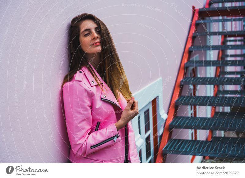 Junge Frau, die auf der Treppe auf der Straße posiert. hübsch Stil Körperhaltung Freitreppe Glück Außenaufnahme Mode schön Jugendliche Porträt attraktiv