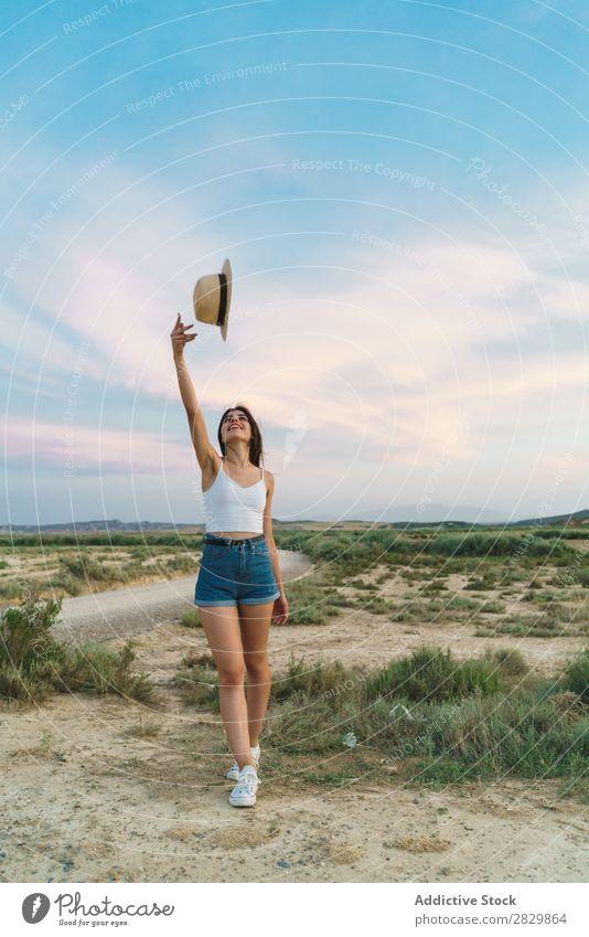 Frau, die in der Natur einen Hut aufstellt. Feld hübsch sich[Akk] übergeben schön Mädchen Beautyfotografie Jugendliche Sommer Glück Porträt Sand Mensch Wiese