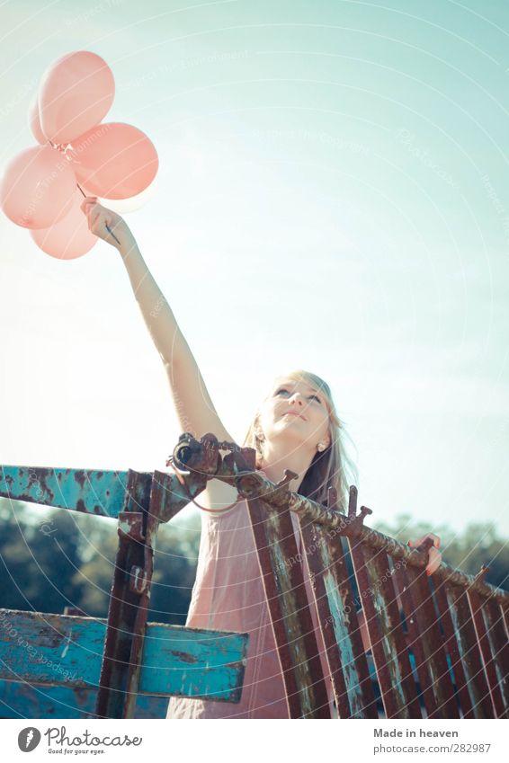 Fliegende Luftballongs feminin Glück Unendlichkeit Warmherzigkeit Leben entdecken Hoffnung Überraschung Wunsch Zukunft Farbfoto
