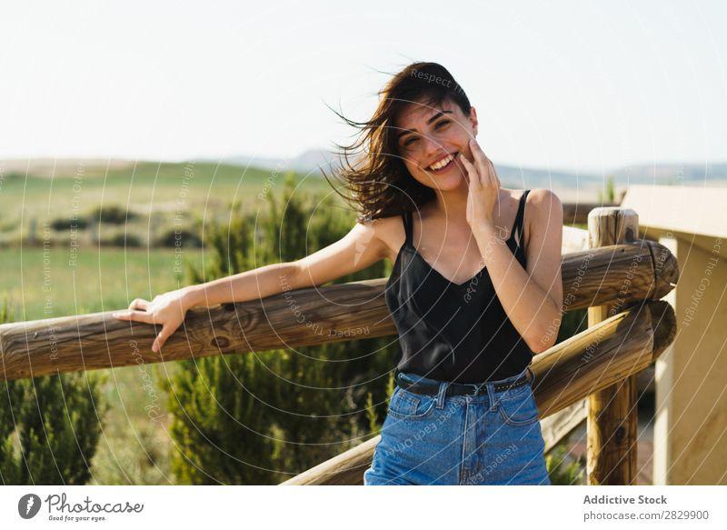 Hübsche lächelnde Frau auf dem Land Lächeln Landschaft Glück schön Porträt Natur