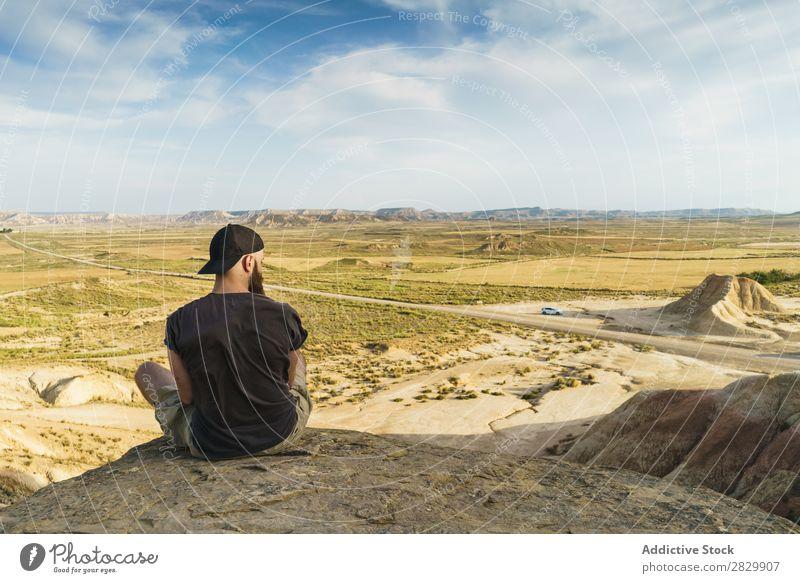 Mann entspannt sich auf einer Klippe sitzen Erholung Börde Ferien & Urlaub & Reisen Abenteuer Felsen Berge u. Gebirge Tourist Freiheit Aussicht Top extrem