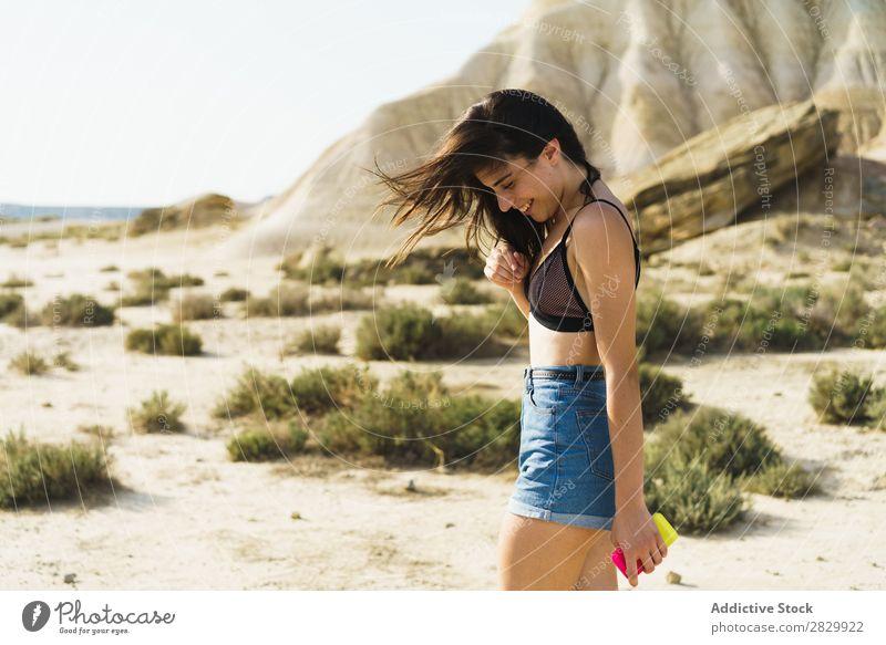 Hübsche lächelnde Frau auf dem Land Lächeln hübsch Landschaft Glück schön Porträt Natur attraktiv heiter Mensch Lifestyle Jugendliche lässig Mädchen