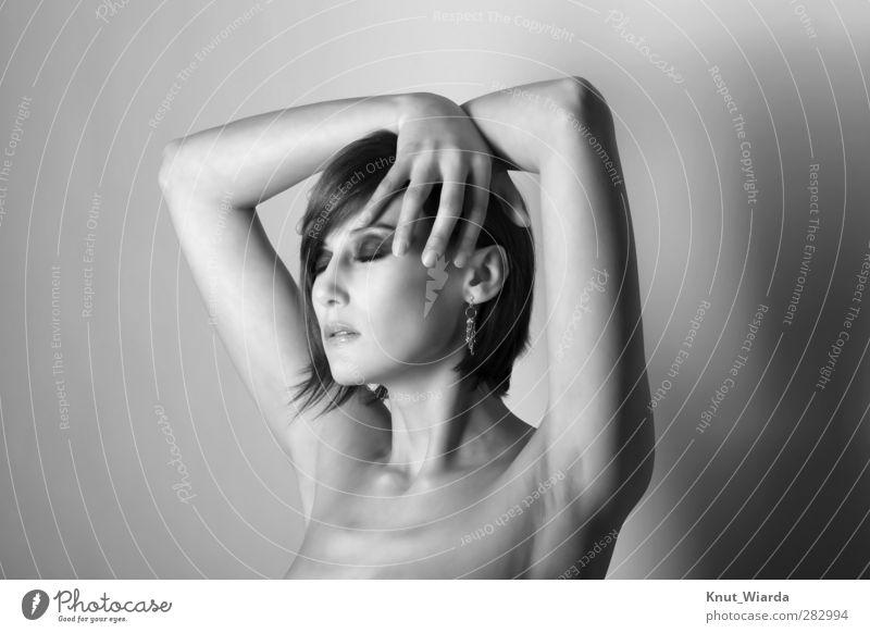 Junge Schönheit schön Haut Gesicht Schminke Mensch feminin Junge Frau Jugendliche Kopf Arme Hand Finger dekollete 1 18-30 Jahre Erwachsene Erotik grau attraktiv