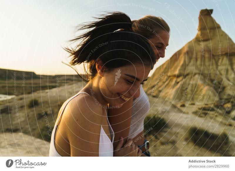 Glückliche Frauen, die auf dem Hügel spazieren gehen. Klippe Aufregung Händchenhalten Freiheit Ferien & Urlaub & Reisen Erfolg Top Berge u. Gebirge Jugendliche