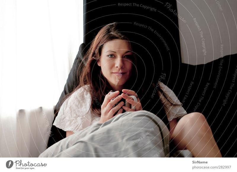 207 [hot chocolate in bed] Mensch Jugendliche schön Erholung Erwachsene Wärme Junge Frau feminin Erotik 18-30 Jahre natürlich Häusliches Leben Lächeln T-Shirt