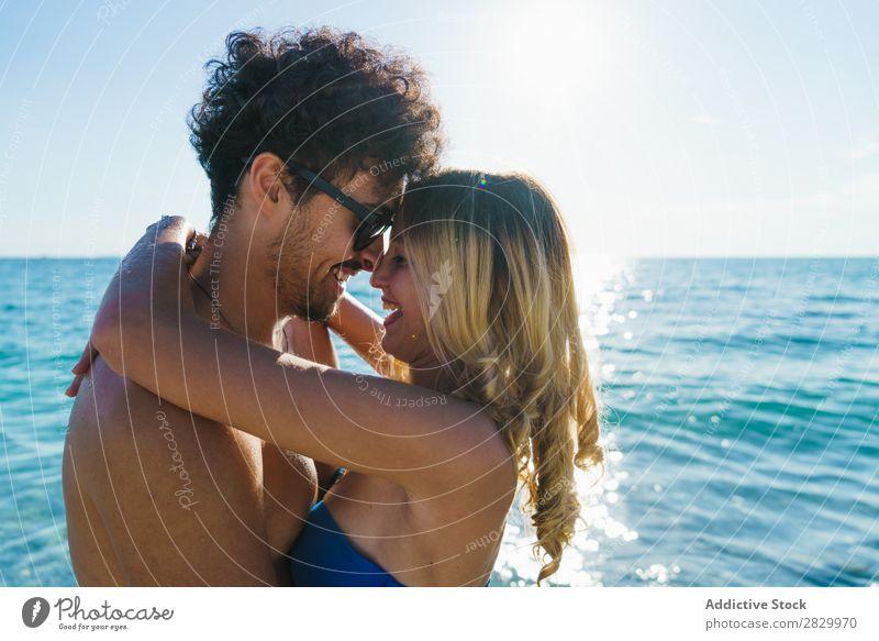 Liebenswertes Paar, das am Strand posiert. Flitterwochen Sommer Paradies exotisch romantisch Meer Umarmen tropisch Beautyfotografie Genuss Sonne