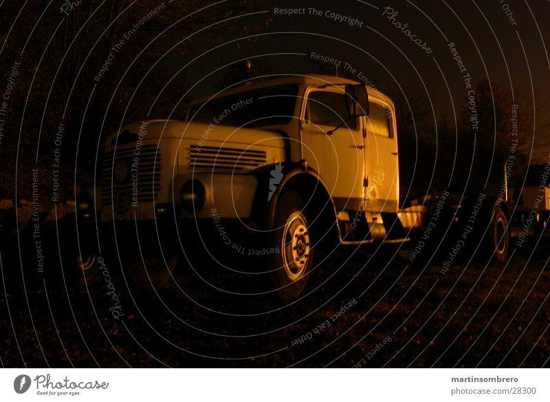 LKW in der Nacht Lastwagen Neonlicht Langzeitbelichtung Straßenrand dunkel Industrie alt