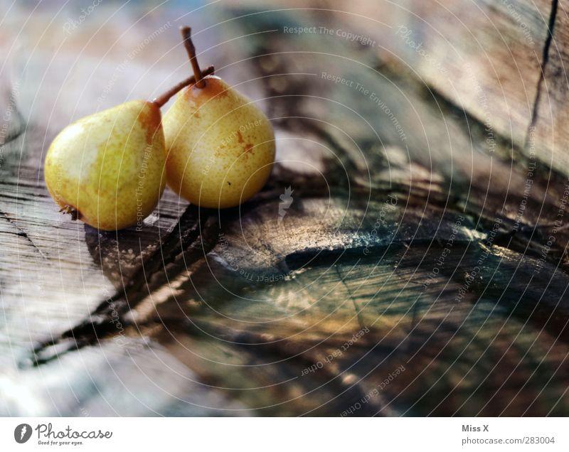 Birnen Lebensmittel Frucht Ernährung Bioprodukte frisch Gesundheit lecker saftig süß 2 Holz Baumstamm Jahresringe Stillleben Herbst Farbfoto Strukturen & Formen