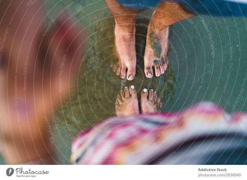 Erntepaar im Sand posierend Paar Sommer Ferien & Urlaub & Reisen Fuß Strand Zusammensein Liebe romantisch Flitterwochen Meer 2 Küste Wasser liebevoll