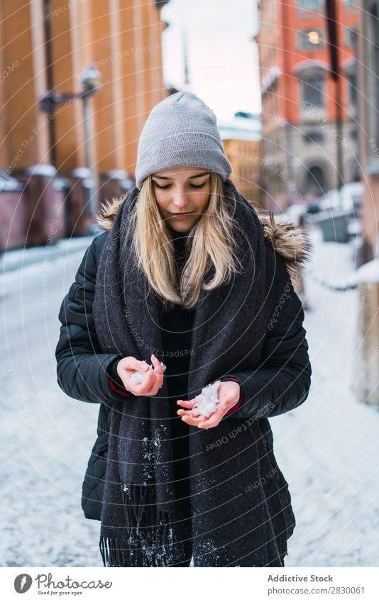 Frau hält Schnee fest Stil Straße Hand Halt modisch genießen Jugendliche hübsch Winter kalt Coolness Mode warme Kleidung Großstadt Model schön Beautyfotografie