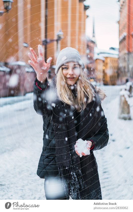 Frau, die Schnee aufwirft. Stil Straße Werfen fallend Freude modisch genießen Jugendliche hübsch Winter kalt Coolness Mode warme Kleidung Großstadt Model schön