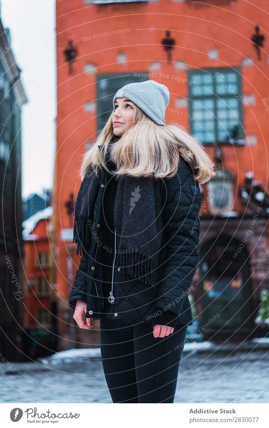 Hübsche Frau auf der Straße im Winter Stil modisch Jugendliche genießen hübsch Schnee kalt Coolness Mode blond Großstadt Model schön Beautyfotografie Herbst