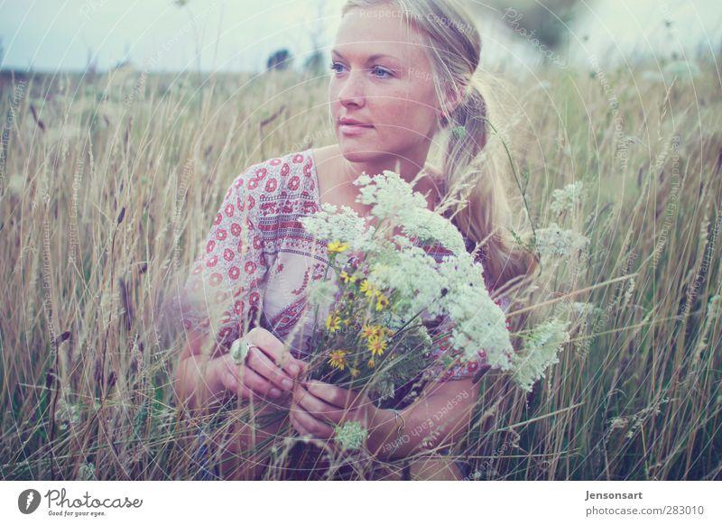 Blondes Mädchen auf Blumenwiese Lifestyle harmonisch Wohlgefühl Zufriedenheit Sinnesorgane Erholung Duft Ausflug Freiheit Sommer Sommerurlaub Mensch feminin