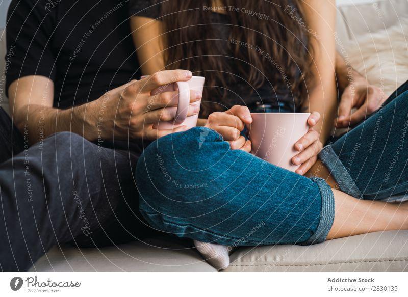 Erntepaar mit Bechern Paar heimwärts Zusammensein sitzen umarmend Tasse trinken Getränk Sofa Liege gemütlich Mensch Glück Liebe Haus Mann Frau Lifestyle 2