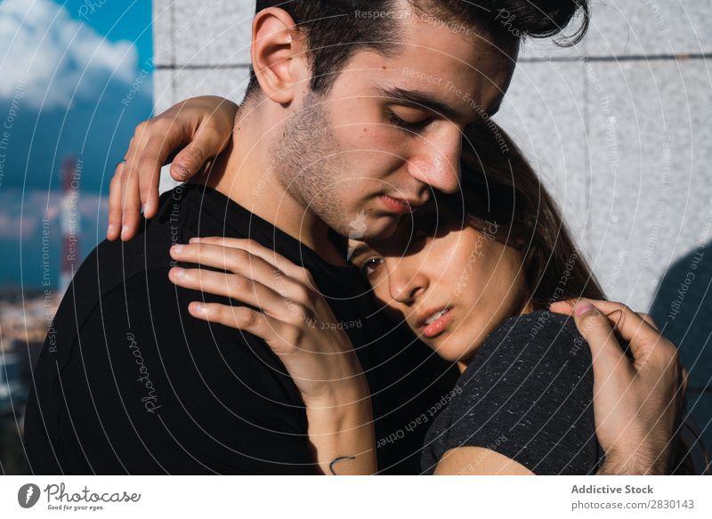 Ein Paar, das sich auf dem Balkon umarmt. heimwärts Zusammensein umarmend Kuscheln Umarmen Mensch Glück Liebe Haus Mann Frau Lifestyle 2 Jugendliche Erwachsene