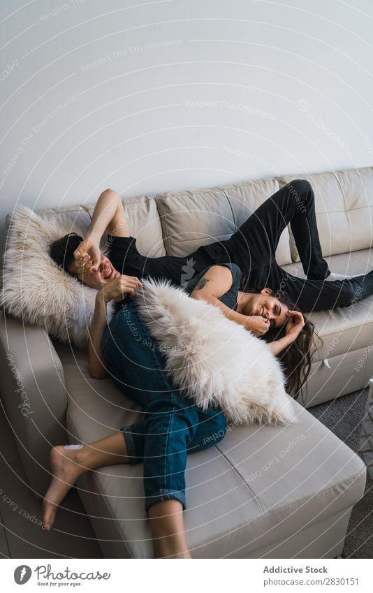Paar auf dem Sofa liegend heimwärts Zusammensein lügen Liege gemütlich Mensch Glück Liebe Haus Mann Frau Lifestyle 2 Jugendliche Erwachsene Wohnung