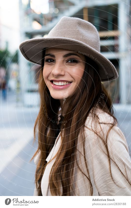 Junge lächelnde Frau mit Hut Coolness heiter Lächeln Blick in die Kamera Stil Straße Körperhaltung hübsch schön Mode Model Mädchen Jugendliche Tasche Dame