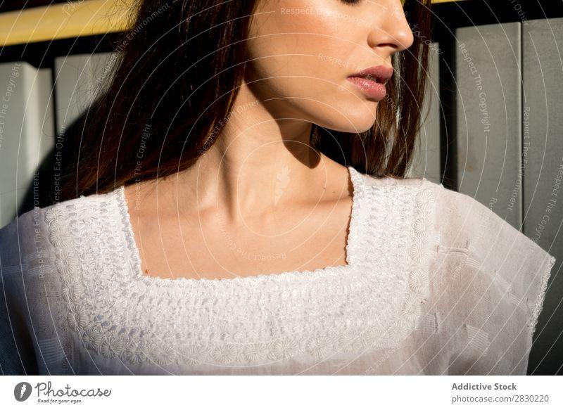 Hals der stilvollen Frau Stil Körperhaltung Wegsehen weiß Kleid lässig hübsch schön Mode Model Mädchen Jugendliche Dame Bekleidung Mensch attraktiv