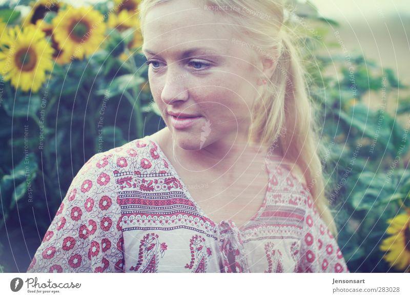 Blondes Mädchen auf Blumenwiese ( Sonnenblumen ) Mensch feminin Junge Frau Jugendliche 1 18-30 Jahre Erwachsene Natur Sommer blond Zopf Lächeln natürlich