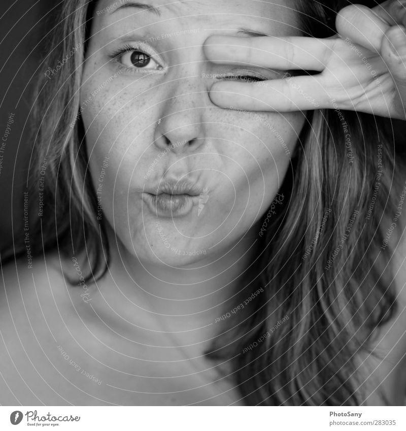 Zuckerschnutte feminin Junge Frau Jugendliche Haare & Frisuren Auge Nase Mund Lippen Finger 1 Mensch 18-30 Jahre Erwachsene schön Freude verückt Schwarzweißfoto