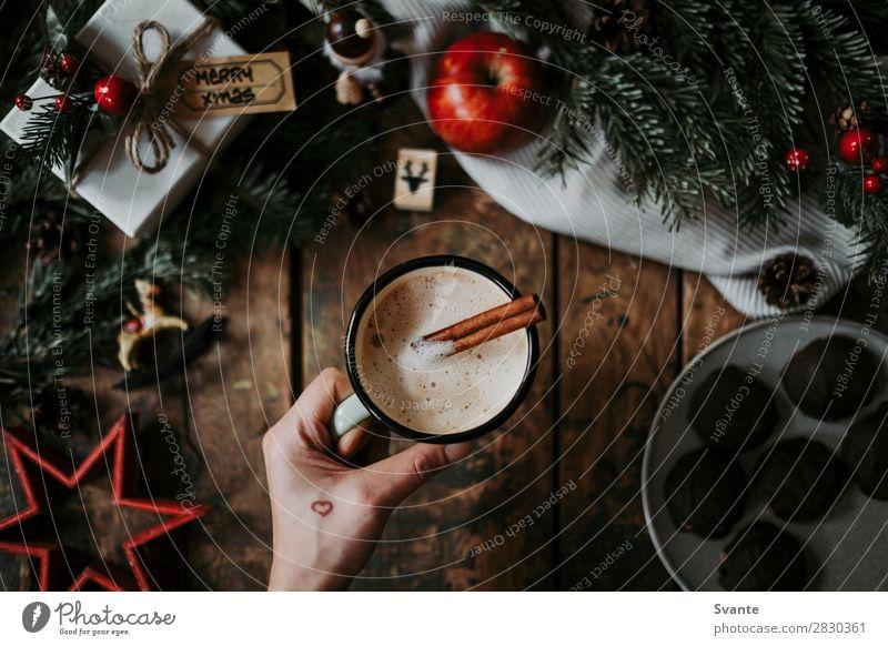 Frau mit Kaffeetasse über Weihnachtsdekoration Getränk Heißgetränk Latte Macchiato Espresso Tasse Becher Lifestyle elegant Stil Design Feste & Feiern