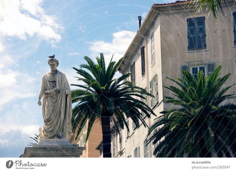 Auf Bonaparte geschissen Mensch alt Stein Kunst maskulin Vergänglichkeit Vergangenheit Denkmal Verfall Palme Wahrzeichen Skulptur Taube Tracht Kleinstadt