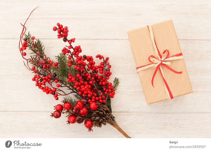 Weihnachtsgeschenk mit einem schönen roten Weihnachtsschmuck Frucht Winter Dekoration & Verzierung Feste & Feiern Weihnachten & Advent Natur Pflanze Baum Blatt
