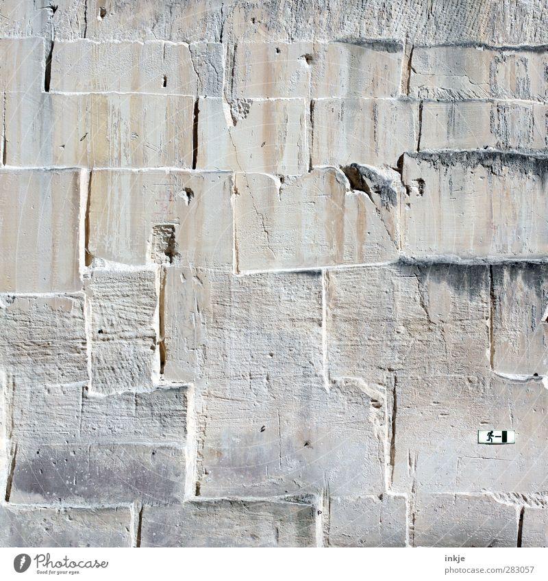 Es gibt immer einen Ausweg . Wand Wege & Pfade Mauer Stein Linie Fassade geschlossen groß Schilder & Markierungen Hinweisschild Ende Burg oder Schloss Bauwerk Grenze Platzangst Ruine