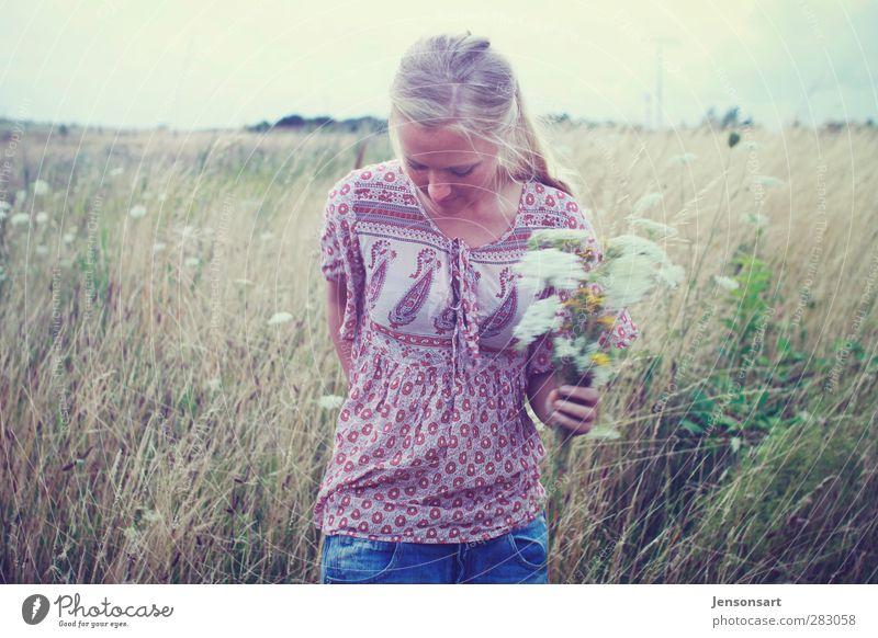 Blondes Mädchen auf Blumenwiese Mensch feminin Junge Frau Jugendliche 1 18-30 Jahre Erwachsene Natur Sommer blond Pony laufen frei schön natürlich Lebensfreude