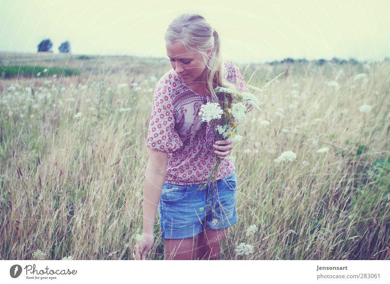 Blondes Mädchen auf Blumenwiese Mensch Jugendliche schön Sommer Blume Landschaft Erholung Erwachsene Junge Frau feminin 18-30 Jahre natürlich blond Romantik Lebensfreude Zopf