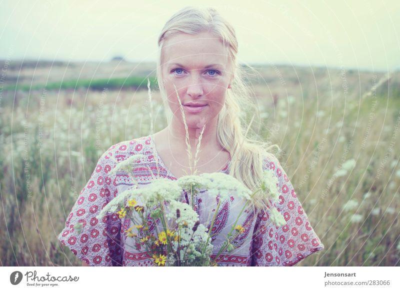 Blondes Mädchen auf Blumenwiese Mensch feminin Junge Frau Jugendliche 1 18-30 Jahre Erwachsene Landschaft Sommer bevölkert blond Zopf schön natürlich
