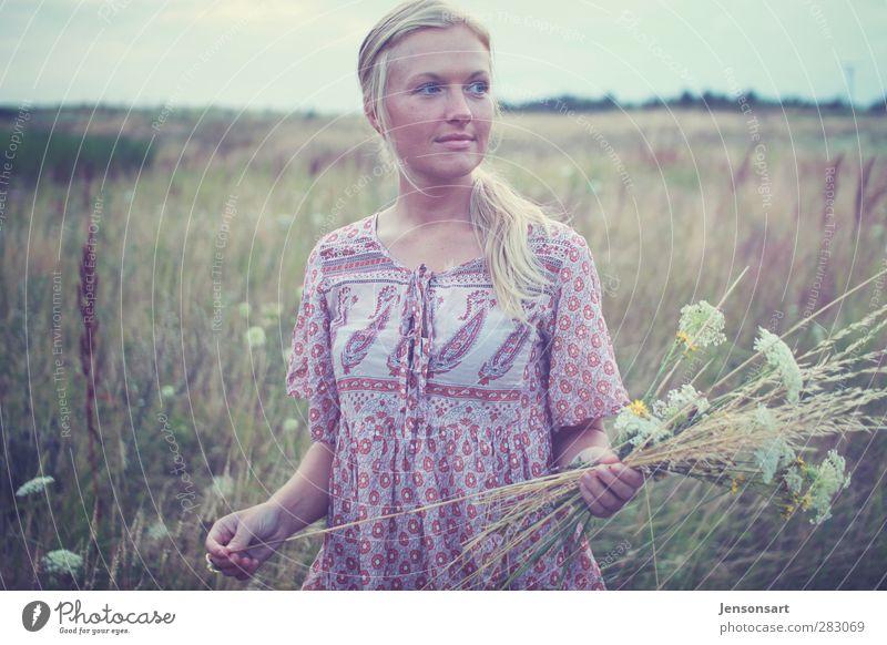 Blondes Mädchen auf Blumenwiese Mensch feminin Junge Frau Jugendliche 1 18-30 Jahre Erwachsene Natur Sommer Wiese blond Pony festhalten authentisch natürlich