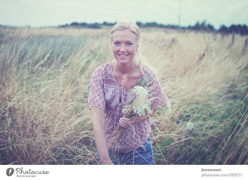 Blondes Mädchen auf Wiese Mensch feminin Junge Frau Jugendliche 1 18-30 Jahre Erwachsene Natur Sommer Blume blond Zopf Erholung schön natürlich Gefühle Freude