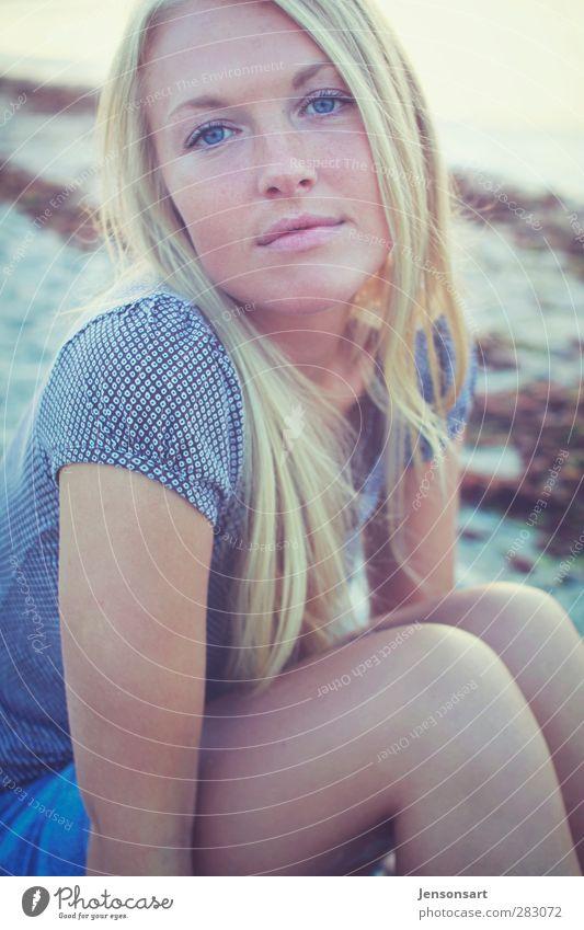 Blondes Mädchen am Strand Mensch feminin Junge Frau Jugendliche 1 18-30 Jahre Erwachsene Natur Landschaft Sand Sommer Ostsee blond genießen Lächeln sitzen schön