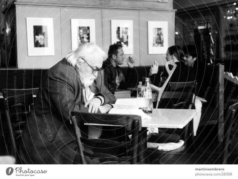 wiener kafé Wien Café Senior lesen Mann Männlicher Senior Schwarzweißfoto Innenaufnahme Gast 60 und älter Konzentration weißhaarig Blick nach unten Profil