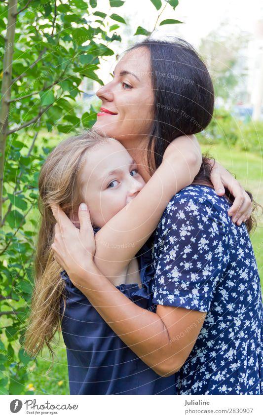 Küssen von Mutter und Tochter im Sommer Kind Schulkind Frau Erwachsene Eltern Kindheit 18-30 Jahre Jugendliche brünett blond Lächeln lachen niedlich blau grün